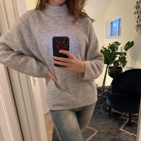 Lækker sweatshirt / strik fra Vila. Lækkert materiale i oversized look. Brugt få gange