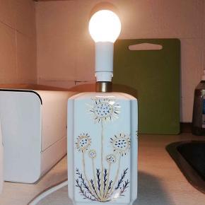 Porcelæn Bavaria 22 cm høj med fatning. I fin stand. Sælges uden skærm og holder til skærm.