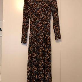 Der er ikke noget størrelsesmærke på kjolen, men jeg er rimelig sikker på, at det er en str. s. Det er i hvert fald det jeg bruger, og jeg kan passe den :)