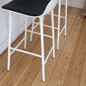 To fine hvide Normann Copenhagen barstole.  Sort læderhynde medfølger.  Byd