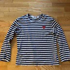 Sælger denne bluse i hvid og navy fra Commes Des Garcons, da den ikke bliver brugt. Den er brugt, men standen fejler intet. Ny pris 950,- Kom med et bud :-)