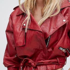 80'er inspireret jakke fra Bershka. Lavet af polyester. Den er aldrig brugt  Prisen er ikke fast, så kom endelig med et bud. Se også mine andre annoncer