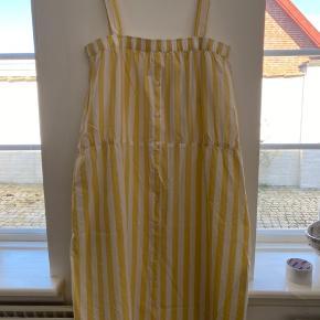 Super fin kjole fra aiyau. Justerbare stropper. Bytter ikke
