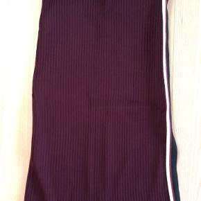 Meget lidt brugt tube nederdel, sidder så flot til kroppen. Med slids i siden med bånd.👌🏼