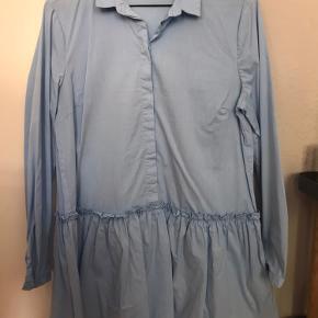 Super fin skjortekjole, som jeg har haft bukser under. Da jeg købte den havde ekspedienten strømpebukser under, da hun var noget lavere. Jeg er 1.68