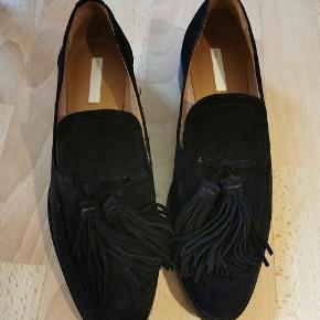 """Kun brugt to gange. Sælges fordi de er for store, ellers flot sko af ægte læder og ruskind med træ """"hæl"""". Ingen slid mærker. Flot model. Flere billeder kan tilsendes hvis ønsket."""