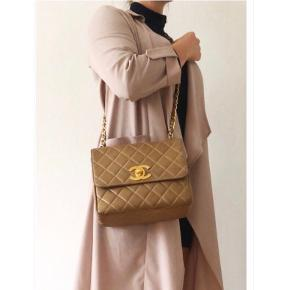 Jeg sælger ud af min forholdsvis store taskesamling, da jeg altid bruger de samme få tasker.   ••••••••••••••••  Vintage Chanel crossbody taske med giant CC turnlock, der er 24k guldbelagt. Tasken kan bæres crossbody. Tasken fremstår i meget god vintage stand 💛💛💛  Denne giant turnlock produceres ikke mere, og findes derfor kun på vintage tasker. Ligeledes er Chanel's hardware, der produceres i dag, ikke belagt med ægte guld.  Mål: 25x22x9 cm.  Jeg har fået lavet et ægthedsbevis ved Autheticate4u, som følger med. Det følger intet andet med.  Opnås ønsket pris ikke, forbliver tasken i mit skab ⭐️  INGEN BYTTE!  ⛔️ FAST PRIS! ⛔️ Bud har ingen interesse.  Jeg foretrækker handle ved afhentning på Nørrebro, hvor jeg bor eller ved Frederiksberg Centret, og jeg handler kun via bankoverførsel - ikke kontant!  Spørgsmål vedr. mp og om tasken er solgt ignoreres. Prisen står i annoncen, og annoncen slettes, når tasken er solgt! 😊