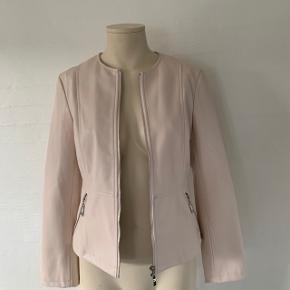 Kan passes af en str. 34-38 (xs-m). Lyserød læder jakke