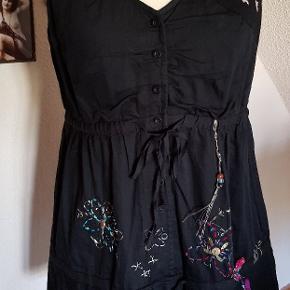 Smuk top/bluse.  Størrelse XL i italienske desigual, svarer til en 38-40
