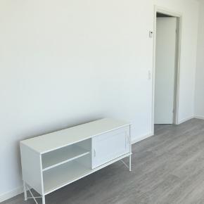 Meget elegant og stilren tv bord i hvid.   Afhent selv. 300 kr.