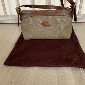 Mulberry taske fra 00'erne med dustbag og rem både til skulder og til cross body. Næsten ikke brugt. Farven er beige/grøn.  Mål på tasken 20 x 7 x 11 cm ( b x d x h). Remmene måler 68 og 105 cm.  Tasken er i Købehavn (Østerbro).