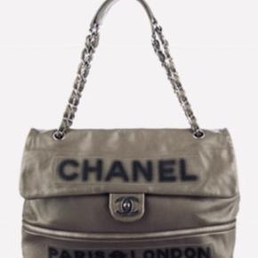 BYTTER IKKE!!!!!! Ts gebyr og Porto betales af køber! Kan afhentes i Kbh.  Betaling over 2-3 gange kan arrangeres efter aftale.😊  CHANEL Calfskin Large Expandable Paris London Flap Bag Grey!  Smukkeste Chanel taske 🖤  Se flere billeder i kommentarfeltet!   Kvittering medfølger / nypris 25.400kr. Mp 15.000kr.  This stylish shoulder bag is crafted of luxurious calfskin leather with a large Chanel name logo and Paris/London printed frontally.  The bag features silver chain link leather threaded shoulder straps with a leather shoulder pad and a silver Chanel CC Mademoiselle turn lock for the frontal flap. This opens to a satin fabric interior.   This is an excellent shoulder bag, ideal for everyday use, from Chanel!  Including receipt - hologram serial no intact.