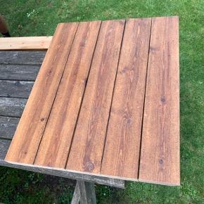 Da vi har fået nyt spistebord, lavede vi vores gamle fra hipstory om til et lille sofabord. Jeg sælger derfor den anden halvdel af bordpladen.  Billede 3 viser en skramme der er under bordpladen. Billede 4 er vores egen bord med ben fra bauhaus 😊