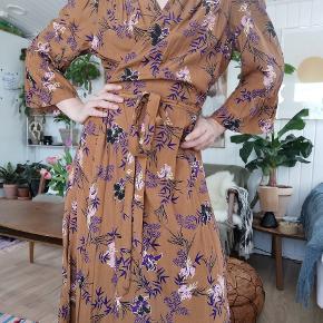 Flot kjole fra mærket kaffe. Aldrig brugt. Kjolen er en str 40