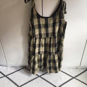 Kjole med justerbar stropper og sløjfer. Bæk  og bølge stof. Brugt en enkelt gang. Str. 42 (uk14) men lille i størrelsen 🌿🌾