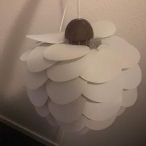 Vi sælger denne lampe da vi er ved at flytte og har købt en ny. Den er i fin stand og virker helt fint.
