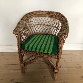 Super fin lille retro fletstol med hæklet pude 👌🏻✨✨ Siddehøjde: 32cm. Pris 250,- kr.