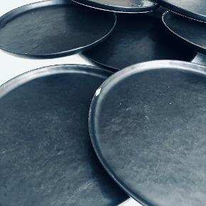 8 stk fine sorte tallerkner i stentøj fra SERAX.  Ø: 27 cm  Tåler både opvaskemaskine og mikrobølgeovn.   Nogle af dem er lettere brugt og har derfor lidt overfladeridser (se billeder). En enkelt har også fået slået en lille flig af kanten.   Nypirs 200 kr. stk.   Sælges for 50 kr./stk.