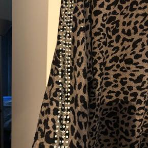 Fed lang oversize trøje fra cremefraiche i helt fin strik med Leo print. Små sten ned af begge ærmer. Den skal være oversize. Og det er den både på en L og en XL. Jeg er 168cm og den dækker lige bagdelen ved mig. Fremstår næsten som ny.