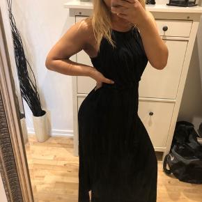 Lang sort halterneck kjole i størrelse 34