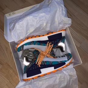 Adidas NMD Hu Pharrell Solar Pack Orange. Aldrig brugt. Prismærke sidder stadig i, og de kommer med ekstra snørebånd. Kvittering haves ikke længere.