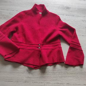 Super lækker overdel i uld   Den ser lidt mere rød ud på billedet end den er