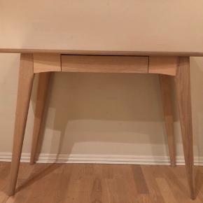 Superlækkert konsolbord fra ILVA i lyst egetræ. Nypris: 1500 DKK. Næsten ikke brugt, sælges grundet flytning.