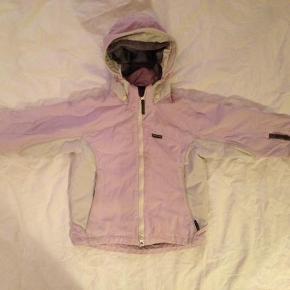 Varetype: JakkeFarve: lyserød, hvid  God jakke, som er brugt, men er i rigtig god stand! :)