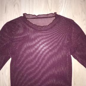 Sælger denne bluse fra Moves By Minimum, Markhild, i farven Eggplant.  Den er helt ny - nypris 299,-  Kom med bud    OBS - Jeg sælger 3 for 2 på siden.