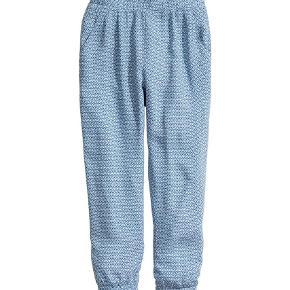 Varetype: løse mønstrede bukser Farve: Lyseblå  Aldrig brugt, men vasket 1 gang.
