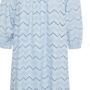 Spritny kjole i en smuk broderi anglaise, og i en fantastisk bomuldskvalitet. Aldrig brugt, tags er pillet af. Underkjole medfølger.