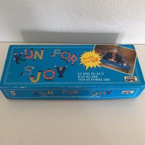Kun for sjov      Spil familie spil brætspil Spillet hvor manden med Oure skal forklare et andet bord uden at man må nævne det på nogen måde. Sov leg som også lige nu ses på TV fredag eller lørdag aften med diverse skuespillere  Retro udgaven Med Johnny Reimar