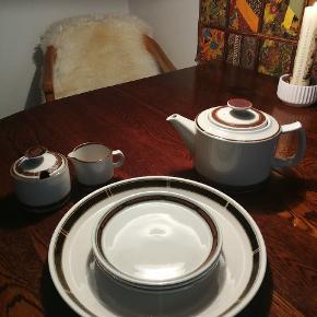 Selandia - Désirée stel bestående af thekande, sukkerskål, mælkekande, tre små kagetallerkener og en fad. Sælges samlet, giv et bud.