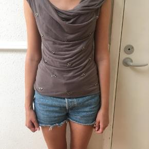 Elegant bluse fra H&M sælges. Kun brugt få gange. Se også mine andre spændende annoncer 🌸