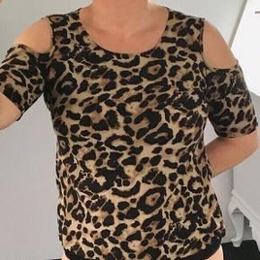 Sød T-shirt/top med cold shoulder i viscose og leopard