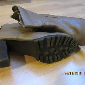 Flotte og smarte LÆDER-ankelstøvler med snører bagpå og chunky hæle, 7½ cm, lille plateau på 1 cm med rå sål foran. Brugt et par gange indendørs og en enkelt gang udendørs - fremstår som ny.  JEG BETALER FORSENDELSEN (med DAO)  FLOTTE støvler - læder Farve: Beige-agtig