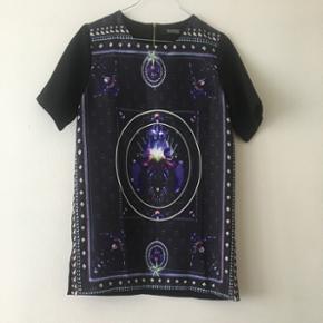 T-shirt kjole  • Str. xs (oversized) • Perfekt stand • Givenchy inspireret mønster  Afhentes på Nordhavn Kan sendes - køber betaler porto (35 kr via DAO)
