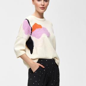 Rigtig sød og farverig bluse i strik, sælges udelukkede fordi jeg ikke får den brugt nok 🧡  Rigtig fin stand