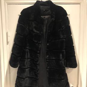 Populær pels fra meotine. Brugt i rotation med andre jakker sidste år, men i super fin stand.