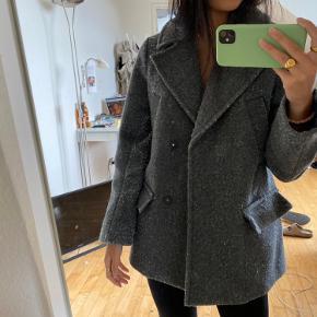 H&m jakke, super fed - størrelse S. Er blevet fnuldret, men kan sagtens redes og har mange gode år endnu😉