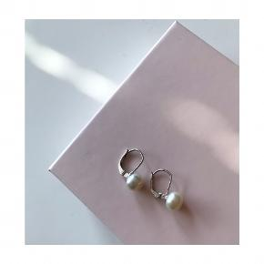 Jane Kønig inspirerede perleøreringe. Klassiske og tidsløse. Øreringene er af sølv, m. Stempel, og perlerne er ægte.   Mp: se prisen + evt. porto