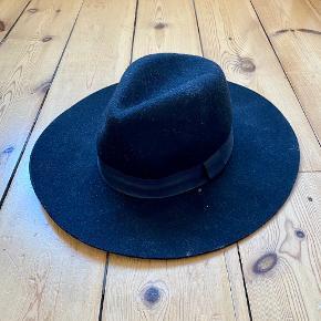 Helt ny sort hat fra Gina Tricot  Har aldrig været brugt, og prismærket sidder stadig på hatten  Består af 100% uld