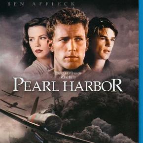 """0450  Pearl Harbor - Blu-Ray - Dansk Tekst  - I FOLIE   Se producer Jerry Bruckheimer og instruktør Michael Bays episke værk Pearl Harbor på Blu-ray™ high definition disc!  7. december 1941, stryger de japanske Zero-fly ind over Hawaiis kyst. Destinationen er Pearl Harbor og målet er at sænke den amerikanske stillehavsflåde. Overraskelsen bliver total, da flyene med ødelæggende kraft går til angreb på den halvvågne flåde, og på nogle minutter forvandles idyllen til et sandt inferno.  Vi får helt utallige visuelle effekter i knivskarp 1080p opløsning og spektakulær lyd. Denne berusende historie om kærlighed, tab og heltemod har Ben Affleck, Josh Hartnett og Kate Beckinsale i hovedrollerne. En """"must-see"""" film i Blu-ray high definition!"""