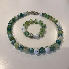 Varetype: smykkesæt Størrelse: 47 cm Farve: limegrøn  Nyt flot smykkesæt med lime grønne agater blandet med lidt glas i armbåndet  længden er 47 cm  sælges samlet byd