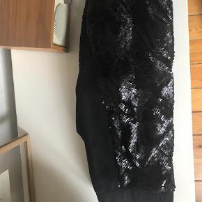 Varetype: Bukser Farve: Sort  Helt nye bukser i Jersey der har pailletter alle steder undtaget i taljen og en stribe i siden. Bytter ikke :)