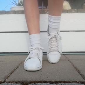 Et par gode sko, som stadig er i god stand til brug, der ses dog tydelige brugs spor på. For mere information/billeder så kontakt mig!  Handler med Mobilepay og køberen betaler for forsendelse af varen gerne!  Bytter ikke