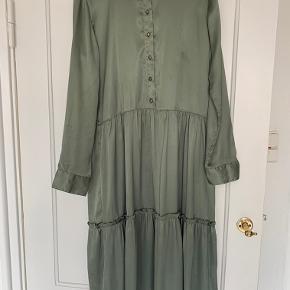 Kjolen er brugt få gange, og fremstår som ny.
