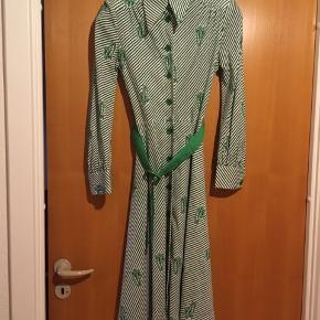 Smuk vintage - retro kjole str S. Kjolen er så flot, men desværre for lille til mig. Standen er perfekt. Mål: længde 106 cm, bryst: 2*43, talje: 2*34 cm.