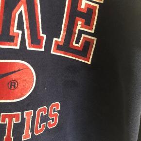 Nike sweater købt i genbrug. Der er lidt pletter på. Svarer cirka til en str. XS