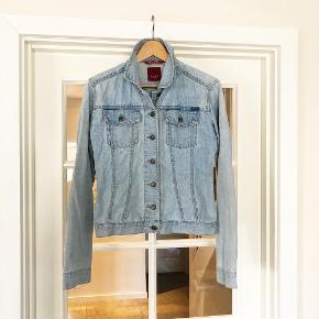 Denim-jakke fra Only. Den er str. L men passer også til en str. M.  - Sender gerne ved samlet køb for min. 100 kr. 🤗